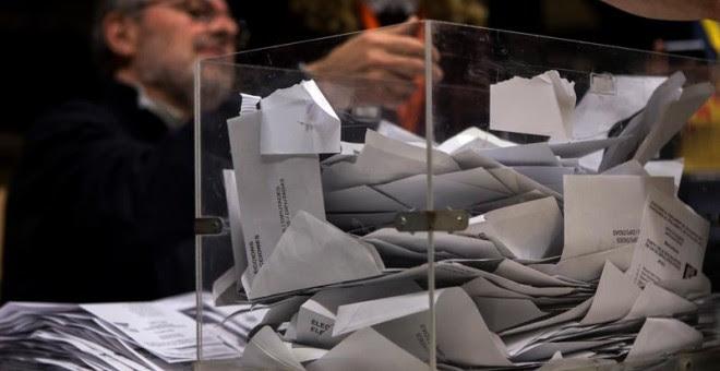 Los miembros de una mesa electoral participan en el recuento de votos en el colegio La Sedeta, tras la jornada de las elecciones catalanas del 21D. EFE/Quique García