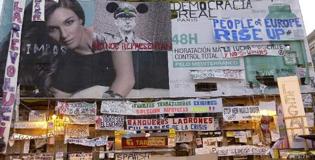 Decenas de carteles reivindicativos empapelan Sol.| Efe
