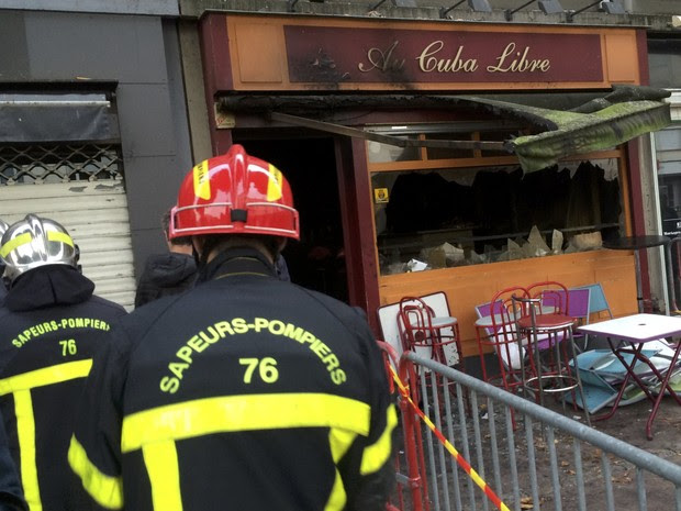 Firemen walk outside the bar in Rouen, France, August 6, 2016 where a fire killed 13 people and injured another six, according to a statement by the interior ministry. (Foto: Clotaire Achi/Reuters)