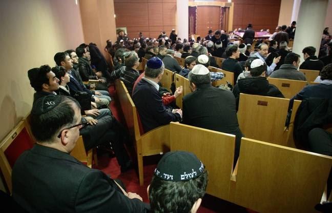 Lors d'une cérémonie de recueillement en mars 2012, à la grande synagogue de Toulouse.