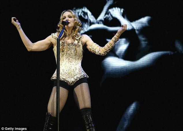 Em seu espartilho e meia arrastão marca no palco em 2004