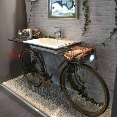 Original le vélo détourné en support du plan vasque en Corian