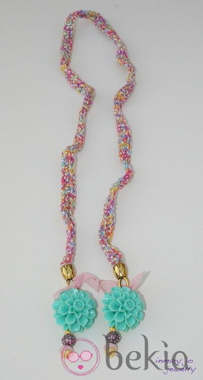 Collar multicolor con flores de la colección de joyas de Vanesa Romero
