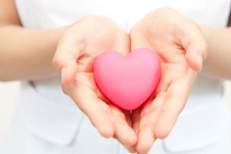 Una mujer sostiene un corazón de juguete.   EL MUNDO