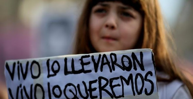 Miles de personas se concentraron este viernes para reclamar la aparición con vida del joven Santiago Maldonado, en la Plaza de mayo de Buenos Aires (Argentina). EFE/David Fernández