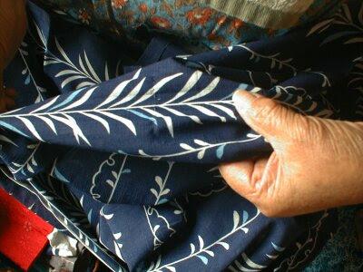 夏の着物を使って暖簾を作りっています