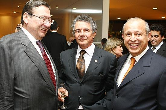 O advogado Arnaldo Malheiros com o ministro do STF, Marco Aurélio Mello e o advogado Alberto Toron em festa de aniversário