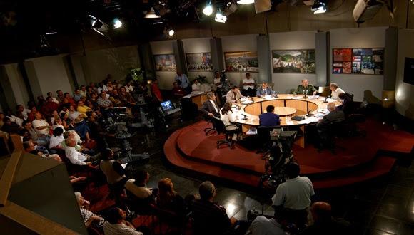 Fidel asiste al programa Mesa Redona, de la Televisión cubana. Foto: Ismael Francisco