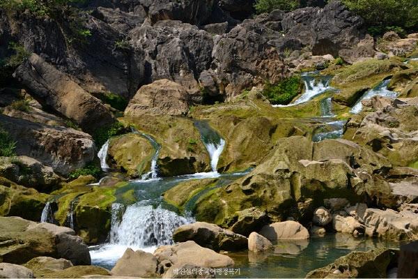 천성교 풍경구에선 각종 폭포, 호수, 동굴, 절벽 등 여러 모습을 볼 수 있답니다.