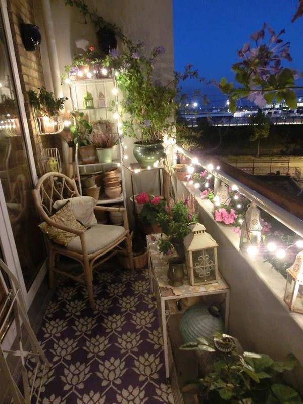 nastrojowe oświetlenie małego balkonu