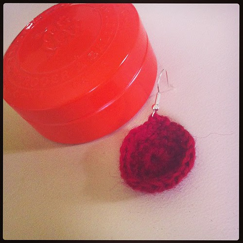 Rachele is crocheting earrings :) Rachele sta realizzando orecchini all'uncinetto :)
