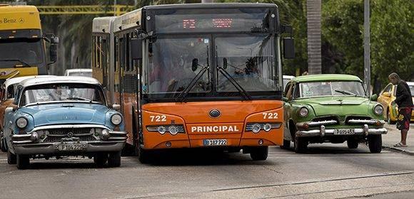 Las deficiencias del transporte público agravan la problemática con los boteros. Foto: Ismael Francisco/ Cubadebate.