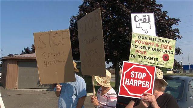 Un groupe manifeste contre la réélection de Stephen Harper, à Fredericton, le 17 août.