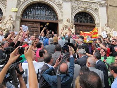 Varias personas se han concentrado para protestar contra los recortes en la Universidad de Zaragoza. EUROPA PRESS