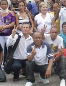 Guillermo Espinosa (De izq. a Der.: con camisa blanca y bolso negro).
