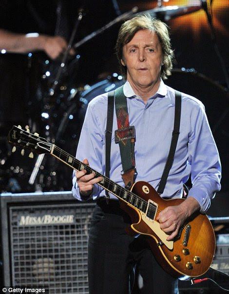 Trabalhando duro: Paul McCartney exibido manchas seu suor enquanto ele tocava guitarra enquanto executa na cerimônia