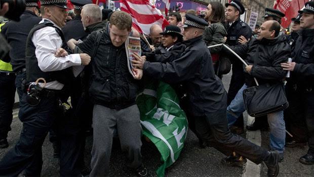 Manifestantes bloqueiam rua durante protesto em Londres nesta quarta-feira (14) (Foto: AFP)