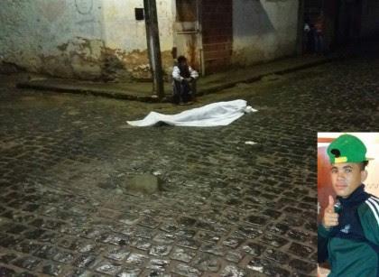 Homem (ao lado do corpo) teria disparado contra vítima (Foto: Ubatã Notícias)