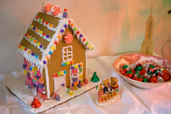 Gingerbread house via foobella.blogspot.com