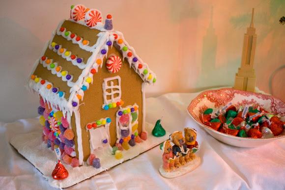 Gingerbread house via foobella.blogspot.com