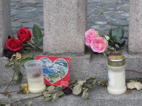 Blomster foran Stortinget