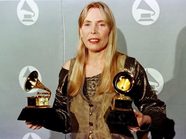 Cantora Joni Mitchell recebe dois prêmios Grammy em 1996 (Foto: Jeff Haynes/AFP)