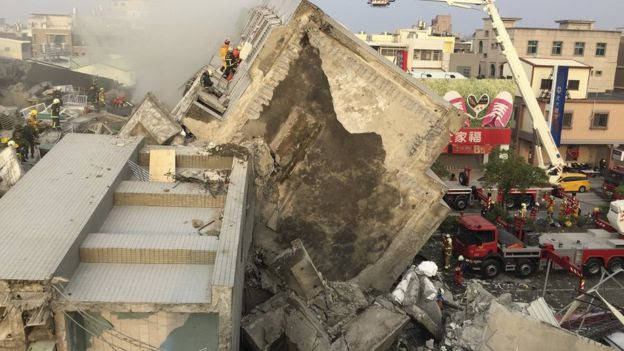 انهار بناء في تاينان، تايوان، في 6 فبراير 2016