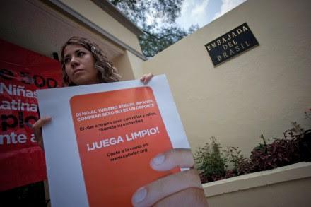 Activistas protestan contra el turismo sexual en la embajada de Brasil en México. Foto: Xinhua / Pedro Mera