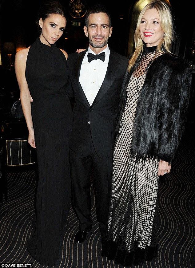 Moda pack: Victoria posou com Marc Jacobs e Kate Moss dentro do evento
