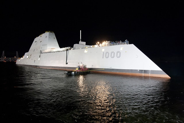 General Dynamics Bath Iron Works lanzó con éxito la Armada de primera clase Zumwalt destructor octubre 28 en el Bath, Maine astillero. El futuro USS Zumwalt (DDG en 1000) será la nave principal de la nueva clase destructor de la Marina, diseñado para operaciones litorales y el ataque terrestre.