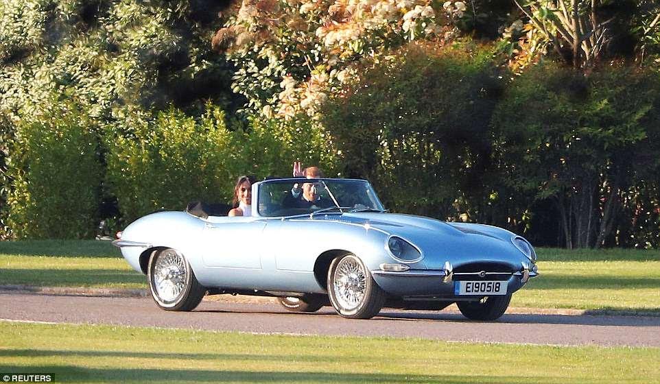 El príncipe Harry conduce a su nueva esposa Meghan fuera del castillo de Windsor a la recepción de su boda