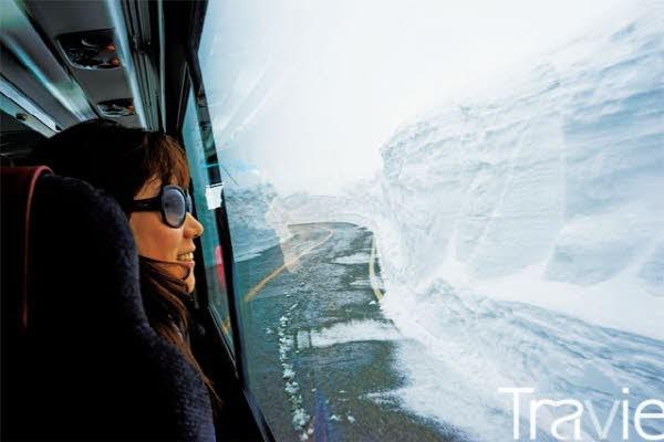 고원버스에서 설벽을 바라보고 있는 여행자. 놀라움과 즐거움을 함께 안겨주는 길이다