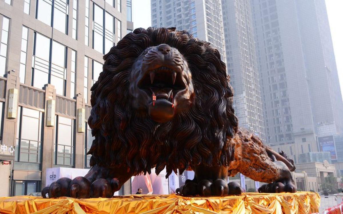 Escultura gigante de um leão levou 3 anos para ser esculpida em único tronco de sequóia por 20 pessoas 04