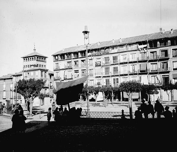 Plaza de Zocodover entre el 24 y el 26 de septiembre de 1899. Fotografía de Petit. Société Française d'Archéologie et Ministère de la Culture (France), Médiathèque de l'architecture et du patrimoine (archives photographiques) diffusion RMN