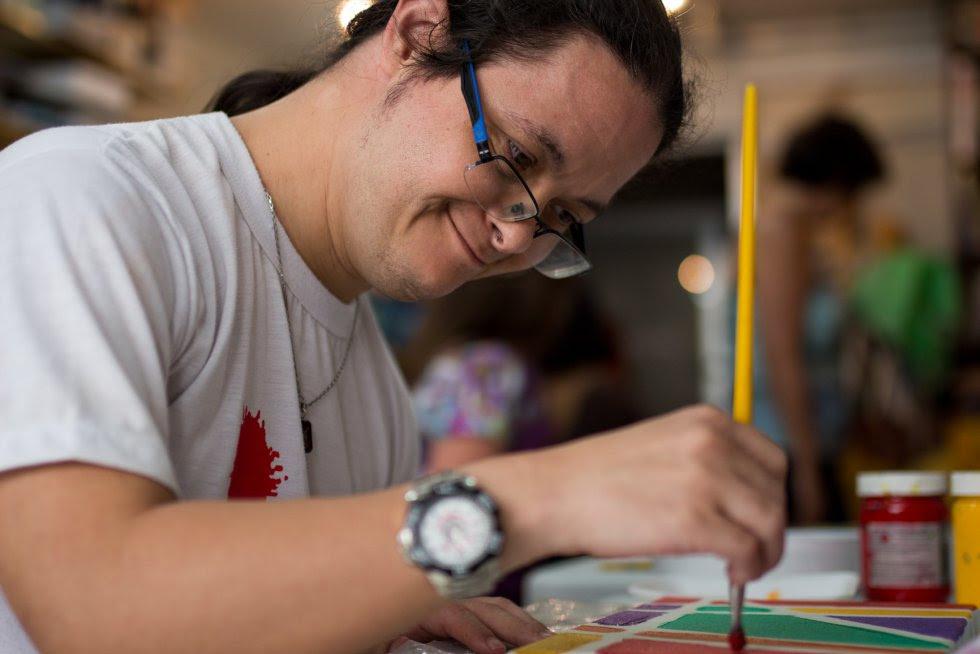 Tonico pinta no Ateliê Oficina da Cor e tem trabalhos que foram premiados.