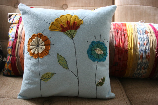 felt.flower.pillow