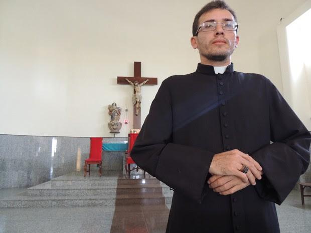 """""""Me deu um transtorno psicológico que eu nem sei descrever"""", conta o padre Dijailson Canuto (Foto: Thays Estarque / G1)"""