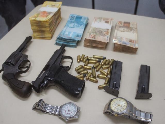 Armas, munições, objetos e dinheiro apreendidos com a dupla