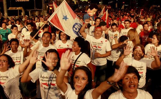 Avenida Visconde de Souza Franco, em Belém, foi palco da comemoração de grupo contrário à divisão do Pará (Foto: Raimundo Paccó / Frame / Agência Estado)