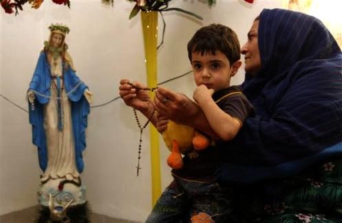 mujer musulmana rezando a maria