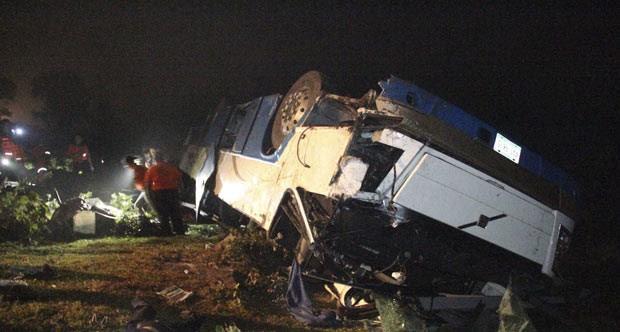 Destroços do ônibus acidentado na noite deste sábado (30) no estado americano de Veracruz (Foto: Reuters)