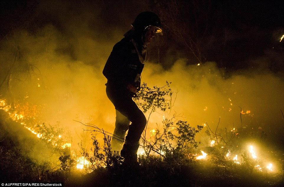 Mais de 2.000 bombeiros estão trabalhando para fora plana e mais estão sendo convocados para aliviar a força esgotada