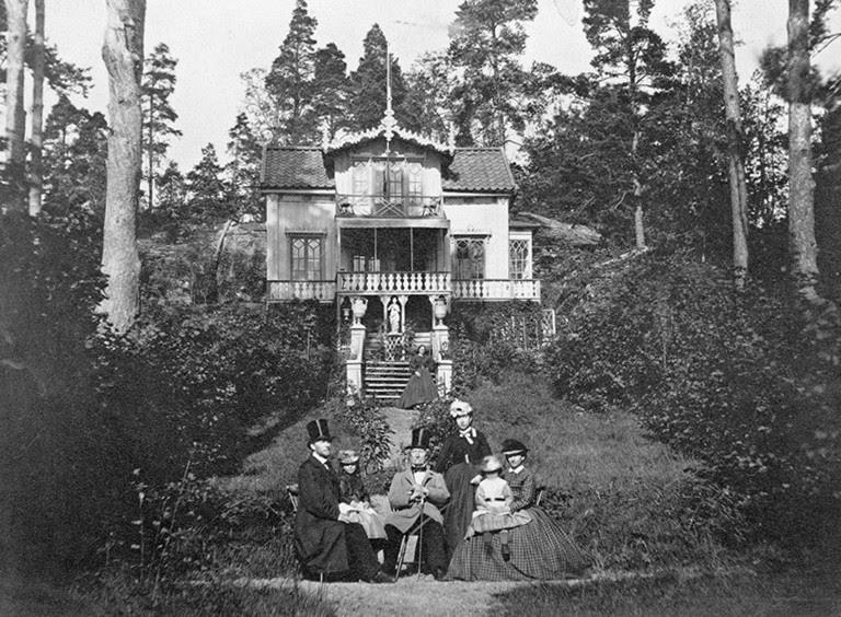 Familjen Swederus och en tjänarinna framför Villa Bergslottet, Lilla Essingen, Stockholm - Nordiska Museet - NMA.0043144.jpg