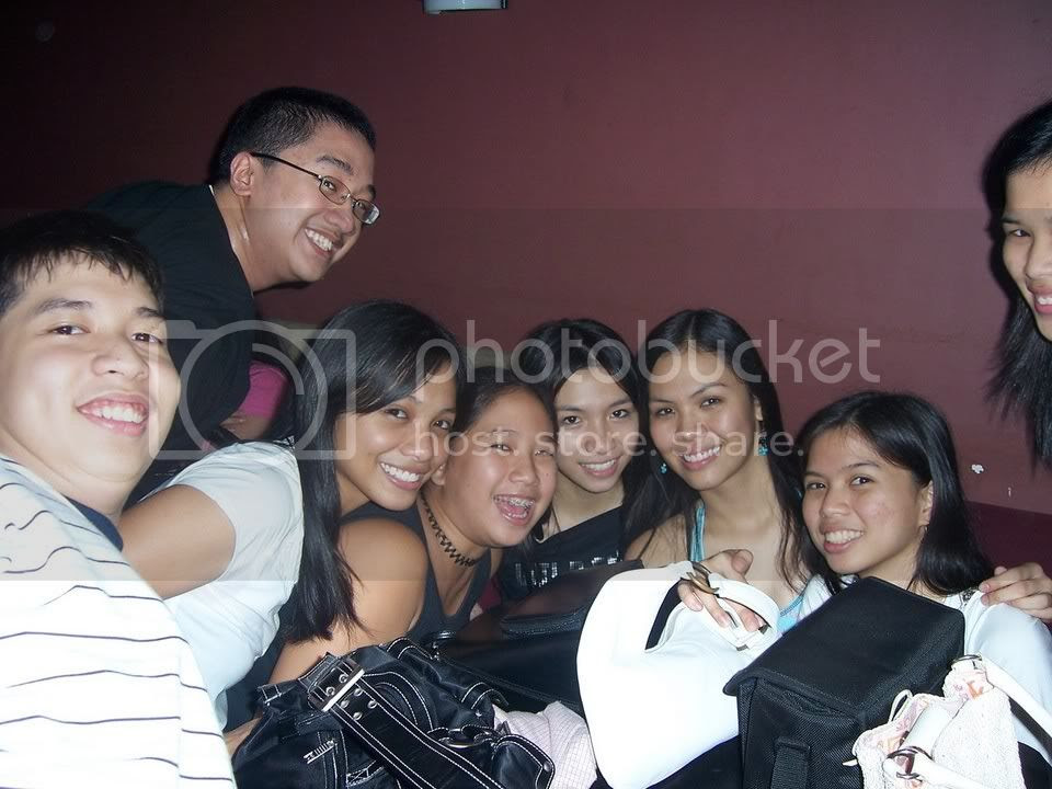 Living proof that I'm not much of a camwhore. From left: John, me, Jana, Les, Jill, Sara, Lau, and (sadly partly hidden) Ale. Image hosted by Photobucket