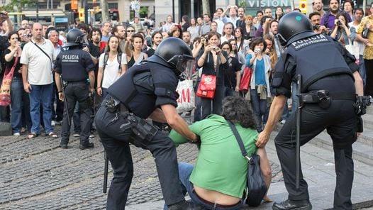 DESALOJO. Manifestantes fueron desalojados de la Plaza Cataluña de Barcelona. (EFE)