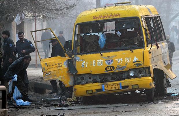 Ônibus do exército afegão sobre ataque do Talibã neste domingo (26). (Foto: Shah Marai/AFP)