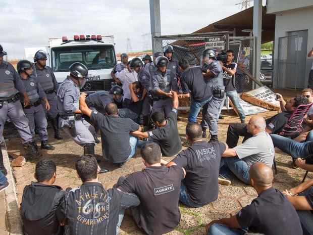 Agentes penitenciários do CDP de Ribeirão Preto em greve recusam receber cerca de 45 presos vindo de outro CDP na manhã desta sexta-feira (21) (Foto: Alfredo Risk/Futura Press/Estadão Conteúdo)