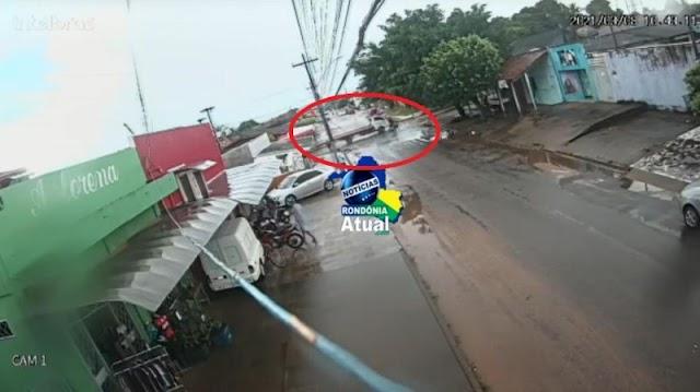 Câmera de segurança registra caminhão invadindo preferencial e acertando motociclista em Ji-Paraná
