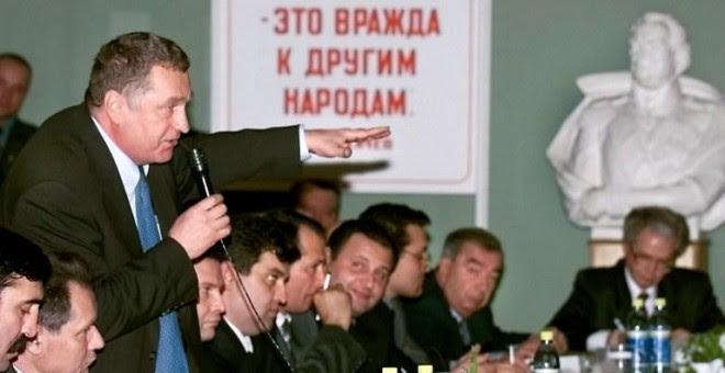 El líder del Partido Liberal Democrático de Rusia, Vladimir Zhirinovsky, durante una reunión de los partidos políticos y los movimientos registrados para las elecciones estatales a la Duma, de octubre de 1999 en Moscú.- ALEXANDER NEMENOV / AFP