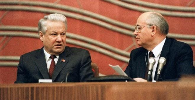 El último presidente de la URSS, Mijaíl Gorbachov, con el primer presidente de Rusia, Boris Yeltsin, en una fotografía de diciembre de 1990. - AFP